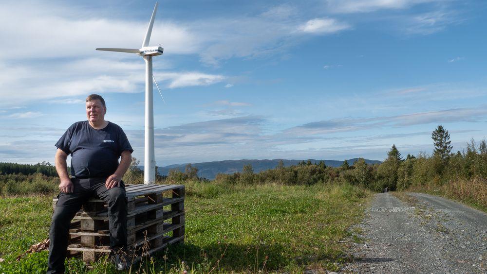 Lars Hoem (57) har alltid vært fascinert av vindmøller og synes de er flotte å se på. Det har kostet han omtrentlig tre millioner kroner å få satt opp den 32 meter høye vindmøllen. Tidvis produserer den det dobbelte av hva Hoem trenger.