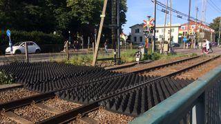 Disse piggmattene hindrer at folk går inn på togsporet