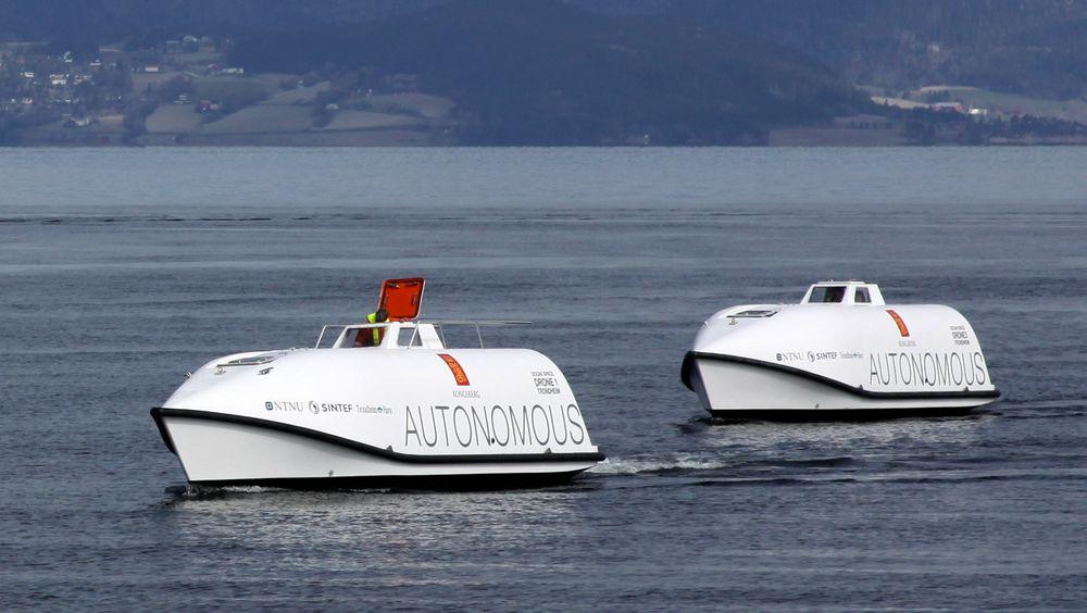 Tronheimsfjorden er testarena for autonome skip. Her er to ombygde livbåter Kongsberg Maritime bruker til å teste teknologien i fullskala.