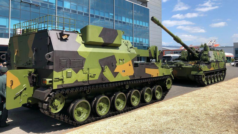 En K10 Vidar-vogn (t.v) og en K9 Vidar-vogn på Hanwha-fabrikken i september.