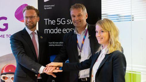 Digitaliseringsminister (fra v.) Nikolai Astrup (H), Telias norgessjef Abraham Foss og Jenny Lindqvist, som leder Ericssons virksomhet i Nord- og Sentral-Europa.