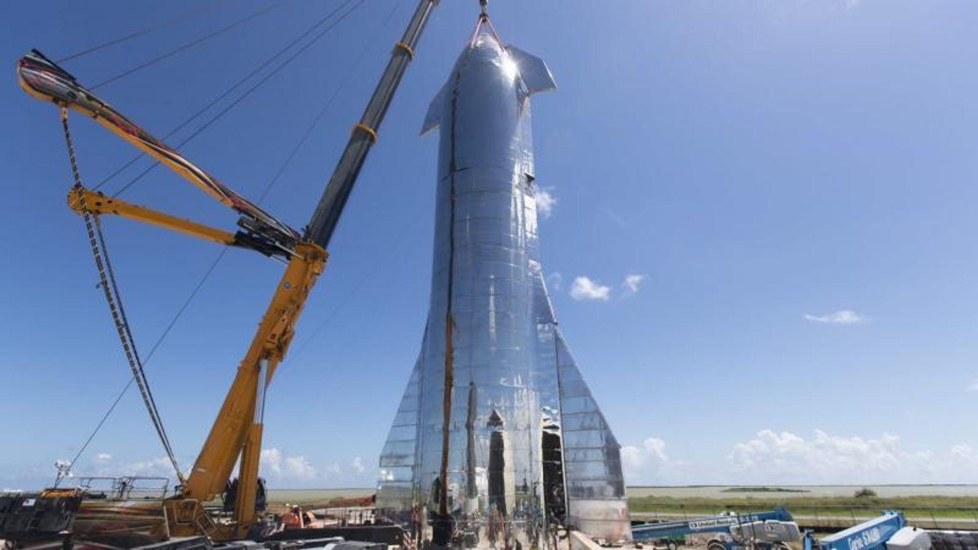 Om få måneder vil SpaceX sende opp romskipet Starship, som er bygd i rustfritt stål. Det er bedriftens nyeste arbeidshest som både skal frakte satellitter opp i rommet, mennesker til Månen og Mars – og lande igjen.Foto: Elon Musk