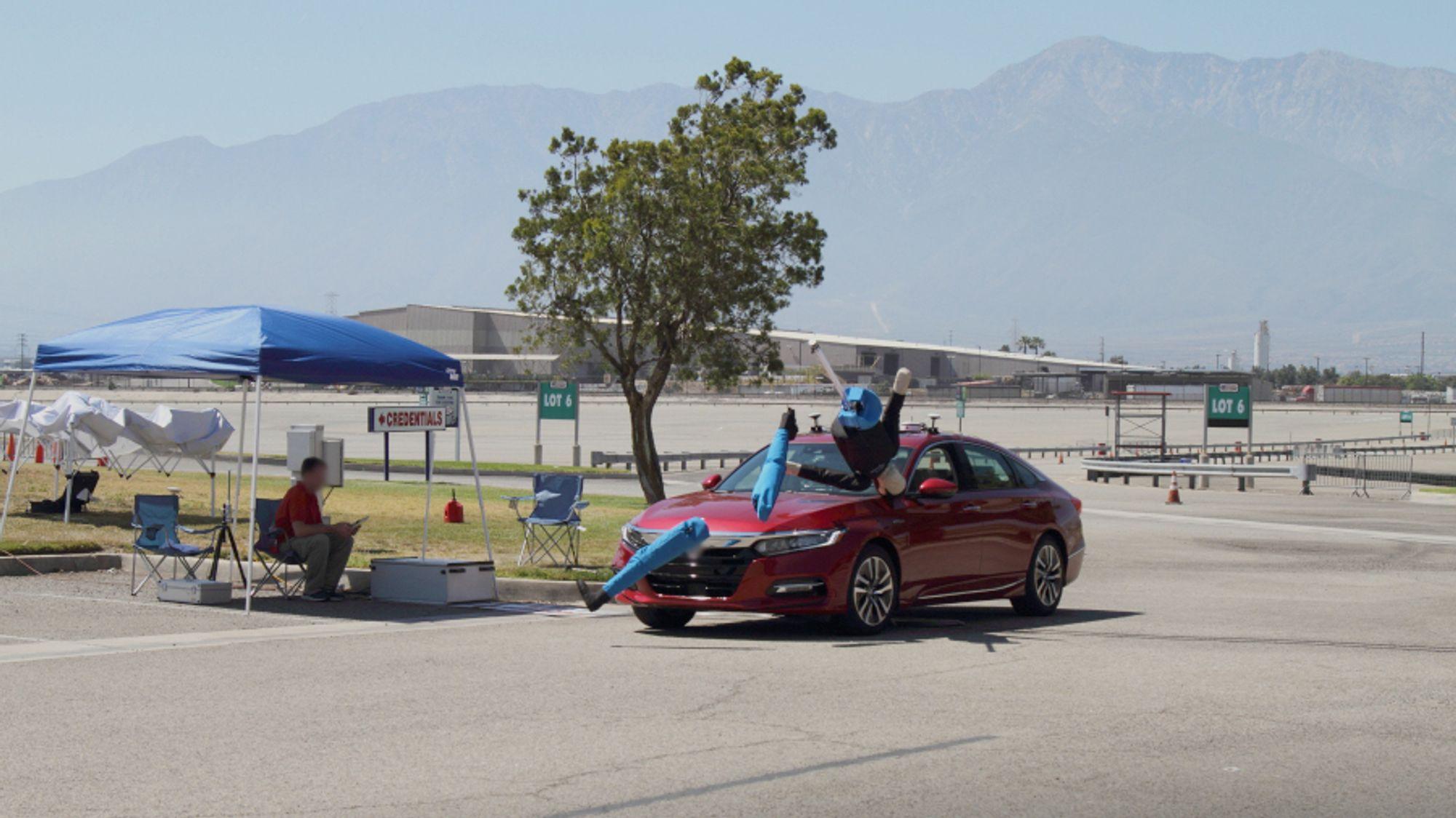 Her kolliderer bilen med en voksen dukke etter å ha foretatt en krapp sving.