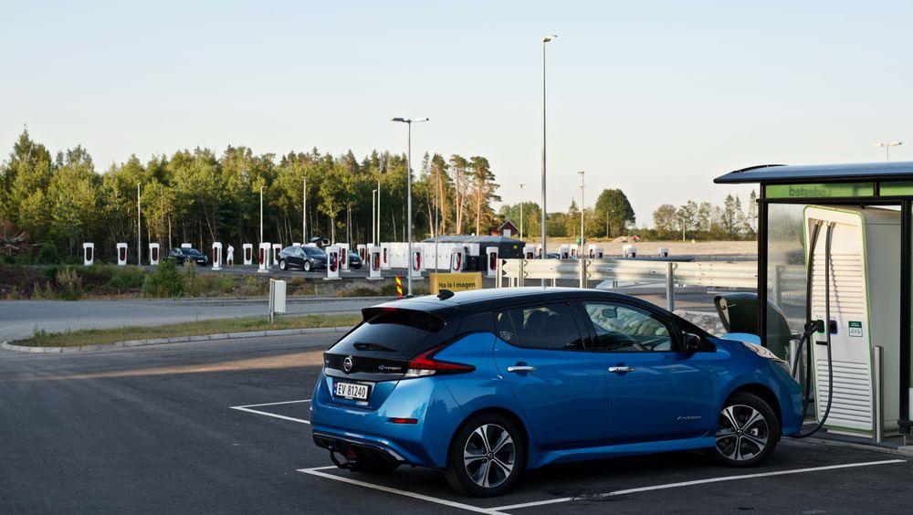 Ved McDonalds Rygge har både Fortum og Tesla ladere. Vanlige hurtigladere lader ved 50 kW, men de avbildede laderne er lynladere som kan gi flere ganger større effekt enn det.