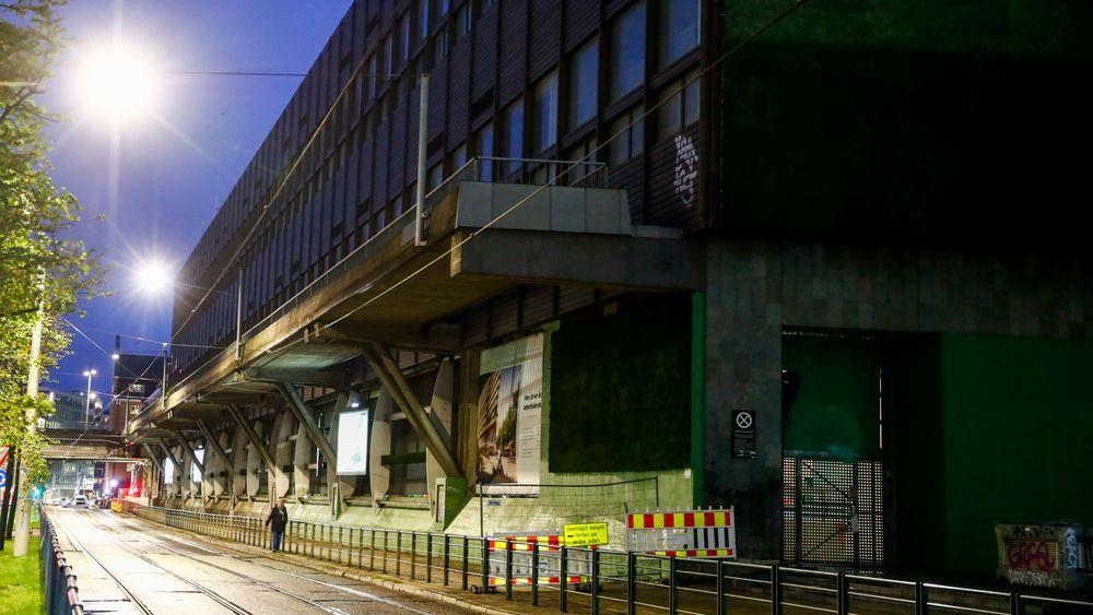 Et betongelement på 50 tonn løsnet fra en gangbro i Oslo sentrum denne uka. Eier av bygget, KLP, har søkt om riving siden 2011.