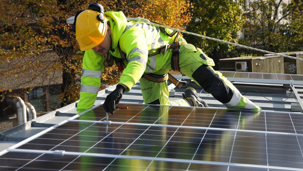 En av utfordringene er at det blir installert stadig mer komplekse anlegg. Det stiller krav til kompetanse hele veien fra produsent, via prosjektering til installatører. Her fra installasjonen av solcelleanlegg hos Bane Nor.