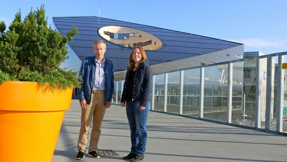 Skal få ned energiforbruket i Trondheim: Klaus Livik i Powel og Marit Myrstad i Trondheim kommune har stor tro på prosjektet +CityxChange. Her er de avbildet med Powerhouse Brattøra i bakgrunnen.