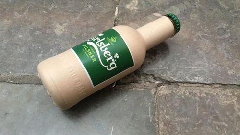 Carlsberg utvikler ølflaske av papp – men helt plastfri er den ikke