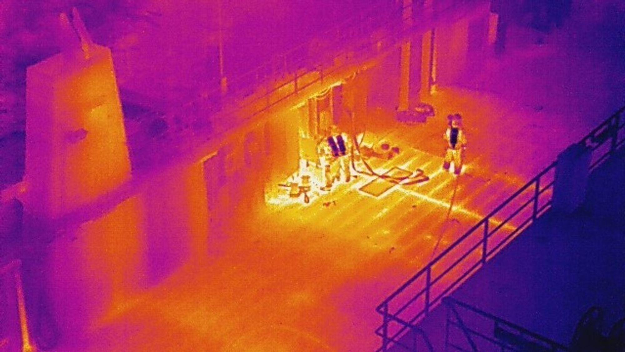 Dronefoto tatt med infrarødt kamera av røyk- og branndykkere om bord MF Ytterøyningen.
