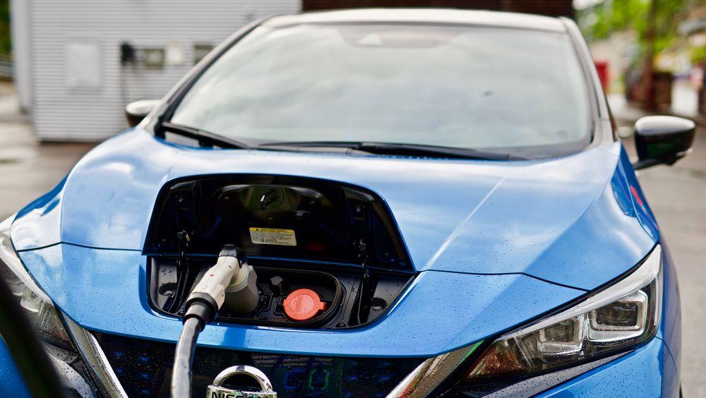 Nissan Leaf er begrenset til oppladning på vekselstrøm med opptil 3,6 kW effekt via type 2 ladekontakt. Full oppladning av et 40 kWh-batteri skjer på 13 timer.