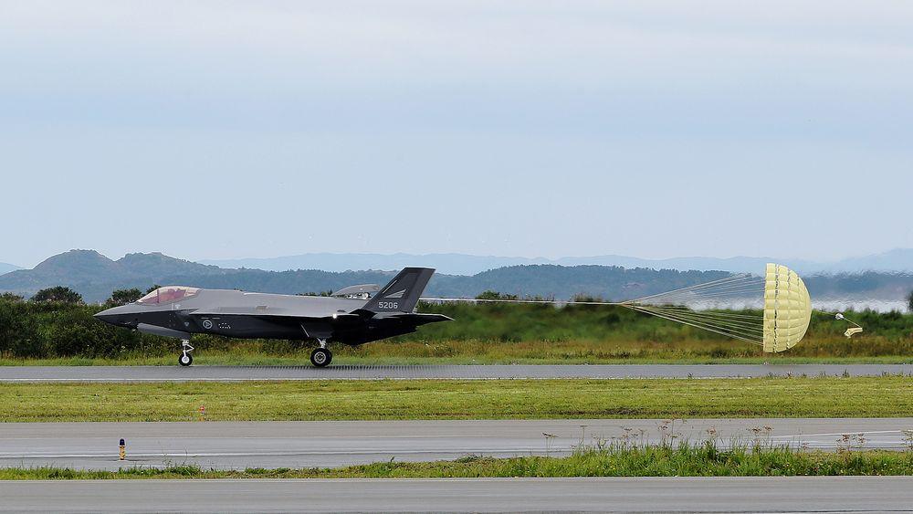 F-35 lander med bremseskjerm på Ørland i august 2018.