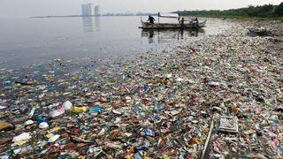 Betaler 11.000 mennesker for å plukke plast. Gjenbrukes av kjemi-selskaper