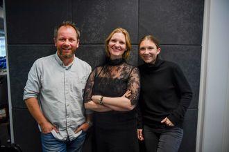 "Emilie Hald Torp, Kristine Hellesland og Tor-Erling Thømt Ruud lager podcasten ""Verdens gang"". En nyhetspodcast av VG"