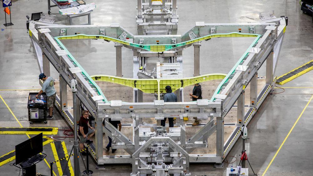 Flykroppens form og deler av vingen vises på dette bildet som er tatt inne på Skunk Works-fabrikken.