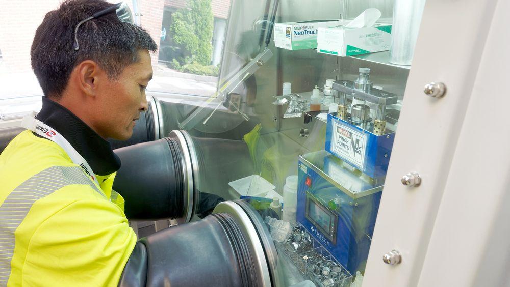 Som en del av egen kompetanseutvikling har Elkem startet lab-produksjon av knappeceller for å kontrollere kvaliteten på anodematerilae og teste forskjellige varianter. De må monteres i oksysgenfri atmosfære. Her legger R&D Engineer Quang Thanh Nguyen inn anoden i et batteri.