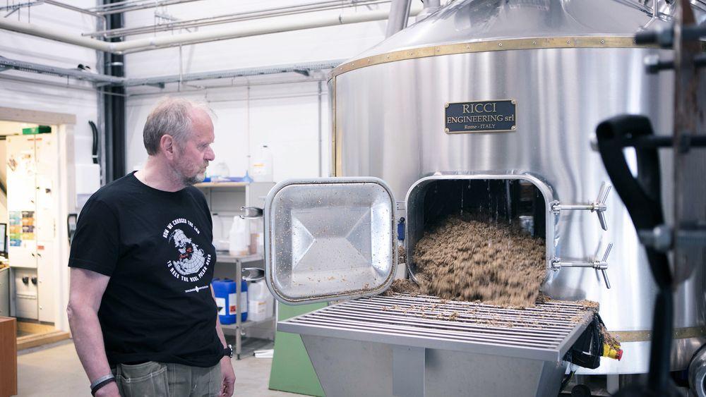 Det går med mye bygg for å brygge øl. Restproduktet heter mask og brukes nå til å holde varmen i Svalbard Bryggeri. Daglig leder Robert Johansen har kastet jakka.