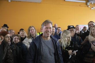 Lars Knoll på avdukingen av blått skilt for Trolltech og Opera.
