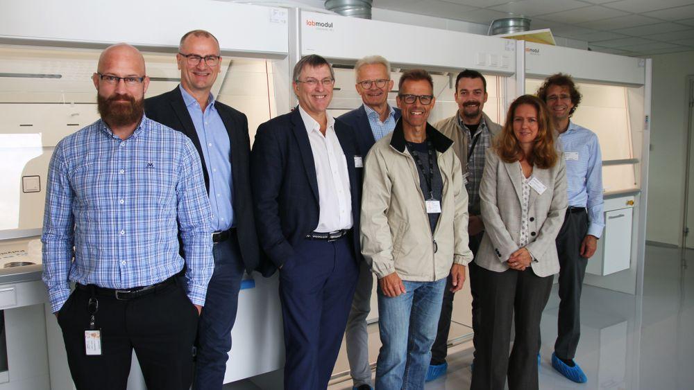 Fra venstre Svein Ræstad (Forsker, IFE), Christian Dye (Avdelingsleder, Sporstoff, IFE) Jan Alfheim (CEO, Oncoinvent), Sven Røst (Kommunikasjonsdirektør, Scatec), Sindre Hassfjell (Prosjektleder, IFE), Øyvind Brandvoll (Avdelingsingeniør, IFE), Ina Kathrine Dahlsveen (Prosjektleder, Forskningsrådet) og Jørgen Dale (forretningsutvikler Scatec).