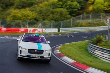 Med 400 hk og proff sjåfør vil Jaguar gi deg en opplevelse du aldri vil glemme.