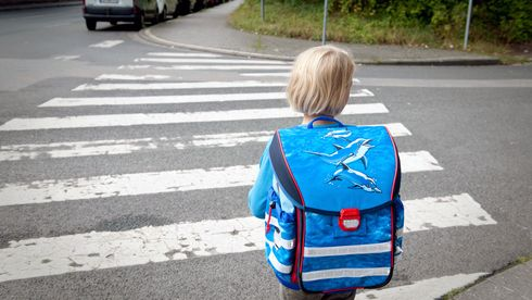 Liten jente på vei til skolen. Skal krysse gaten. Fotgjengerovergang. Blå skolesekk.A girl is waiting at a zebra crossing on her way to school.Foto: Jan Haas / NTB scanpix