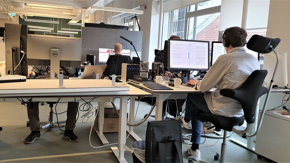 Støynivået i et kontorlandskap går ut over produktiviteten, mener akustisk konseptutvikler Halvor Berg. Støydempende hodetelefon hjelper noe.
