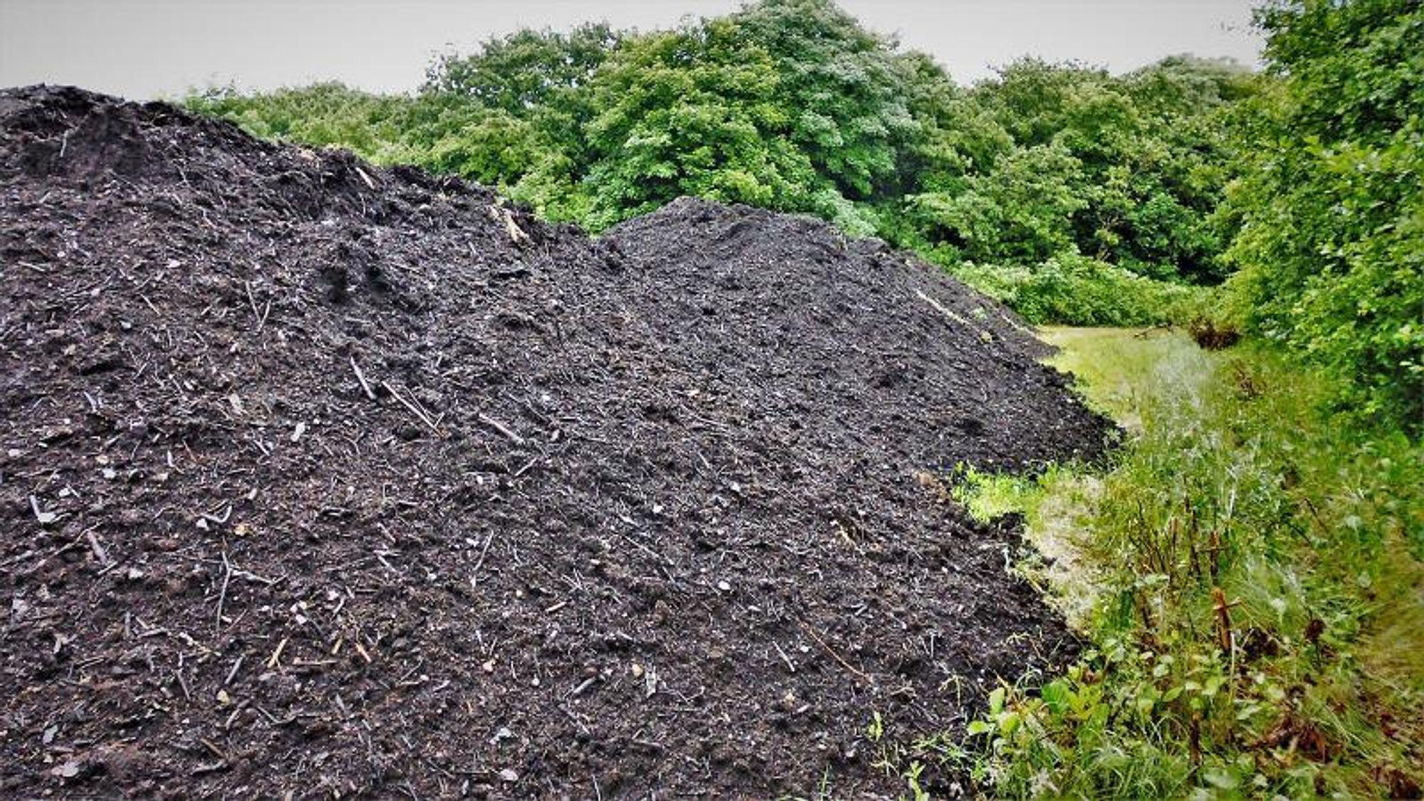 Stadig flere økologiske bønder bruker kompostert hage-parkavfall som jordforbedring. Men spørsmålet er hvor høyt pesticid-innholdet er.