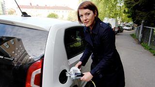 Christina Bu i Norsk elbilforening mener at utbyggingen av ladepunkt må dobles.