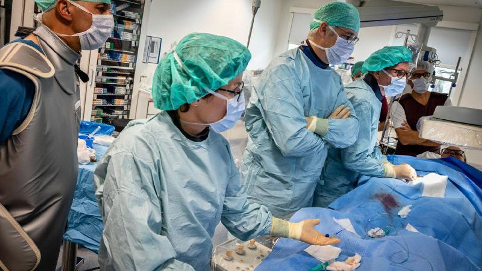 Her får den første pasienten implantert en CardioMEMS-trykkmåler på Aarhus Universitetshospital.