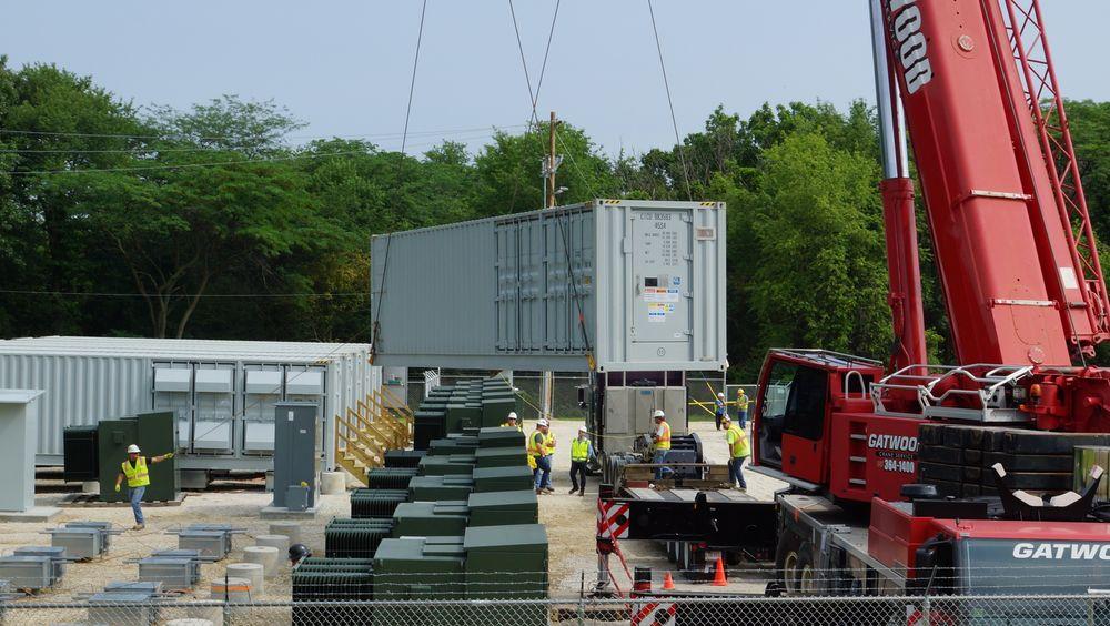 Battericontainer heises inn i batteriparken Jake Energy Storage utenfor Chicago. Både batterier i nettet og batterier i solparker vil bli vanligere og billigere i årene som kommer, ifølge NVEs nye analyse.