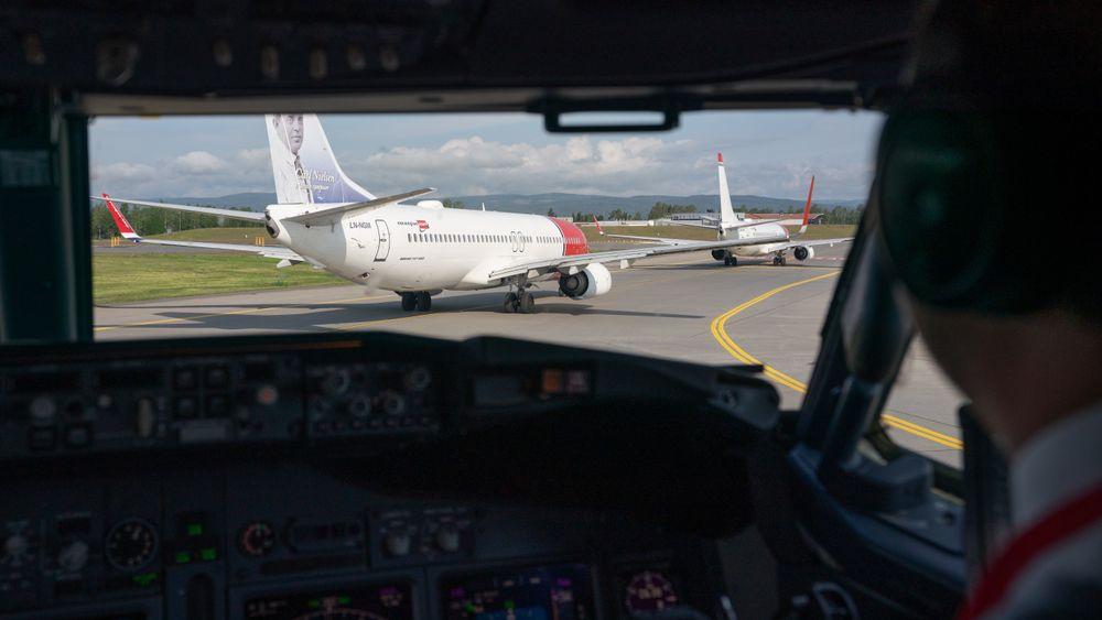 I cockpiten på et Boeing 737-800 fra Norwegian mens vi venter i kø på å ta av fra Oslo lufthavn.