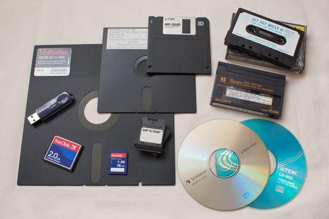 Elleve forskjellige, mobile lagringsenheter, hvor de nyeste rommer mange tusen ganger så mye data som de eldste.