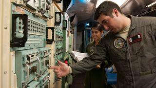 Personell tilknyttet oppskytningskontrollsenteret ved F.E. Warren Air Force Base kontrollerer det flere tiår gamle kommando- og kontrollsystemet som er omtalt i saken (SACCS).