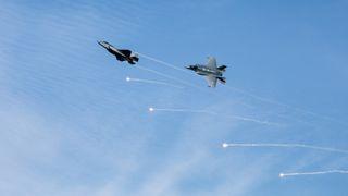 Klare for skarpe oppdrag i løpet av uker: Se norske F-35 trene på å avlede varmesøkende missiler