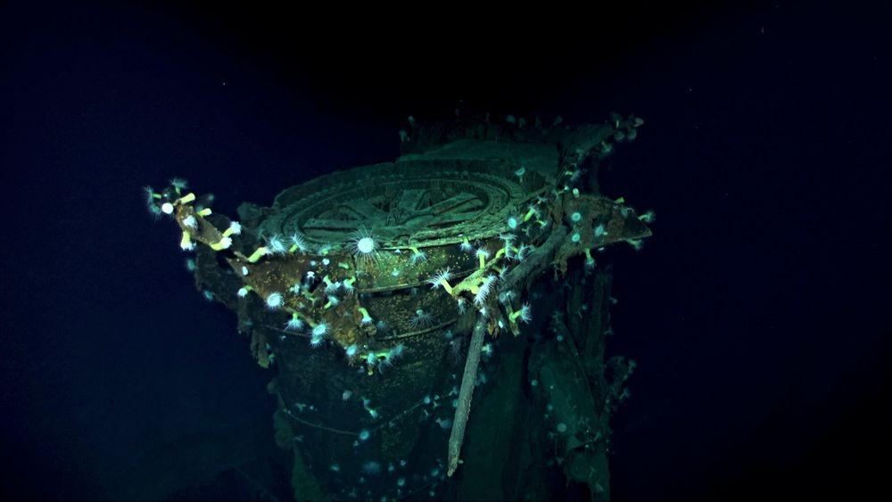 Hangarskipet Kaga ble truffet av minst fire amerikanske bomber i kamper ved Midwayøyene 4. juni 1942. En voldsom brann brøt ut om bord, og bomber og torpedoer som var lagret eksploderte. Japanske eskortefartøy valgte å senke det ødelagte hangarskipet med torpedoer samme kveld.