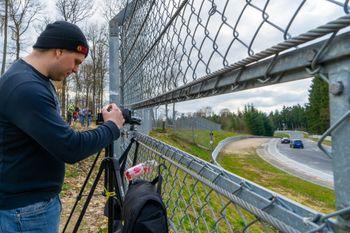 Amatørfotografer står hele dagen og filmer banen, i håp om å fange spektakulære krasj som de kan dele på YouTube.