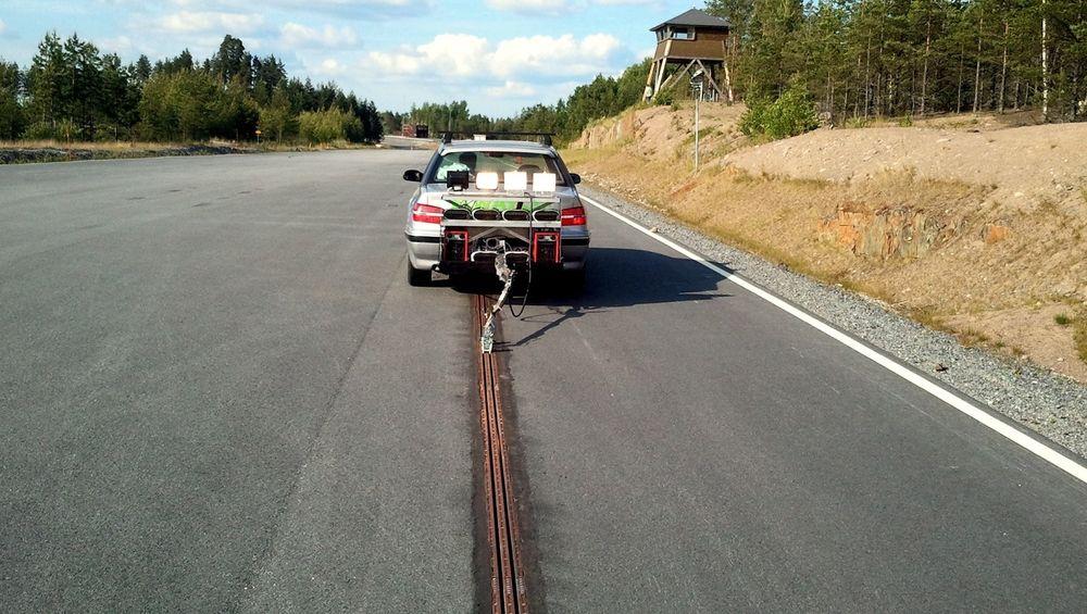 Elways-konseptet, som kobler bilen til veien med en strømskinne, er en av teknologiene som vurderes av det svenske Trafikverket.