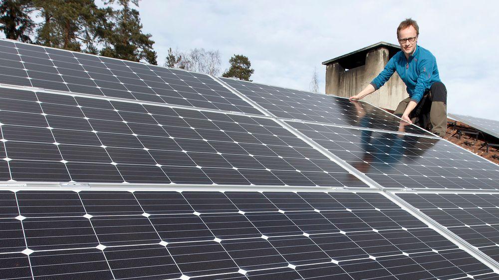 Stadig flere nordmenn skaffer seg solcellepaneler. Mellomrom mellom panelene (som bak montør Andreas Bentzen fra Otovo) er til stor nytte for brannmannskapene ved brann.