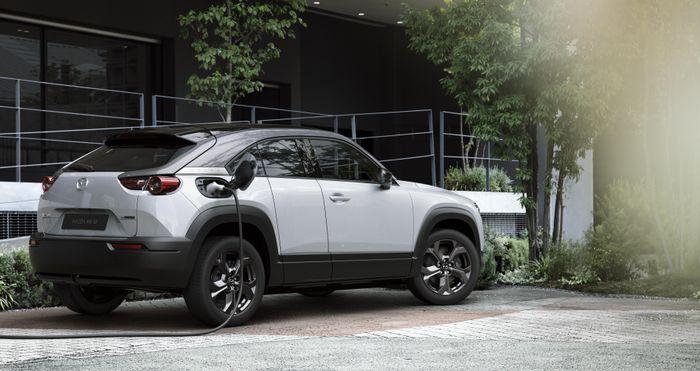 Mazda satser på å lokke kunder med lite batteri og ditto ladefart.