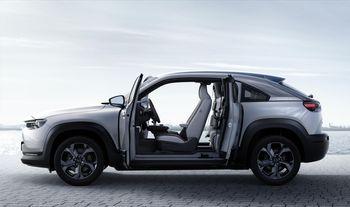 """MX-30 har ingen midtstolpe og """"selvmordsdører"""", som gir bilen særpreg."""