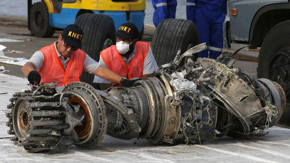 Eksperter undersøker en motor fra Lion Air-flyet som styrtet like etter avgang fra Jakarta i oktober i fjor. Den samme flytypen, Boeing 737 MAX 8, var involvert i nok en ulykke i mars i år, og mye peker mot at samme systemfeil bidro til begge ulykkene.