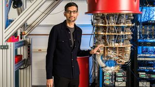 Google-sjef Sundar Pichai ved siden av kvantedatamaskinen selskapet har brukt i kvanteoverlegenheteksperimentet.