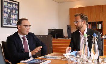 Capgemini-sjef Jens Middborg (fra v.) ved overlevering av en rapport til kommunal- og moderniseringsminister Nikolai Astrup. Arkivbilde.