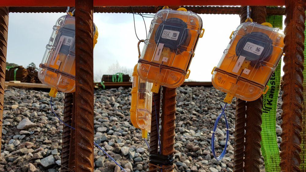 Sensorene monteres på byggeplass og gir fortløpende informasjon om temperatur på betongen under herding.
