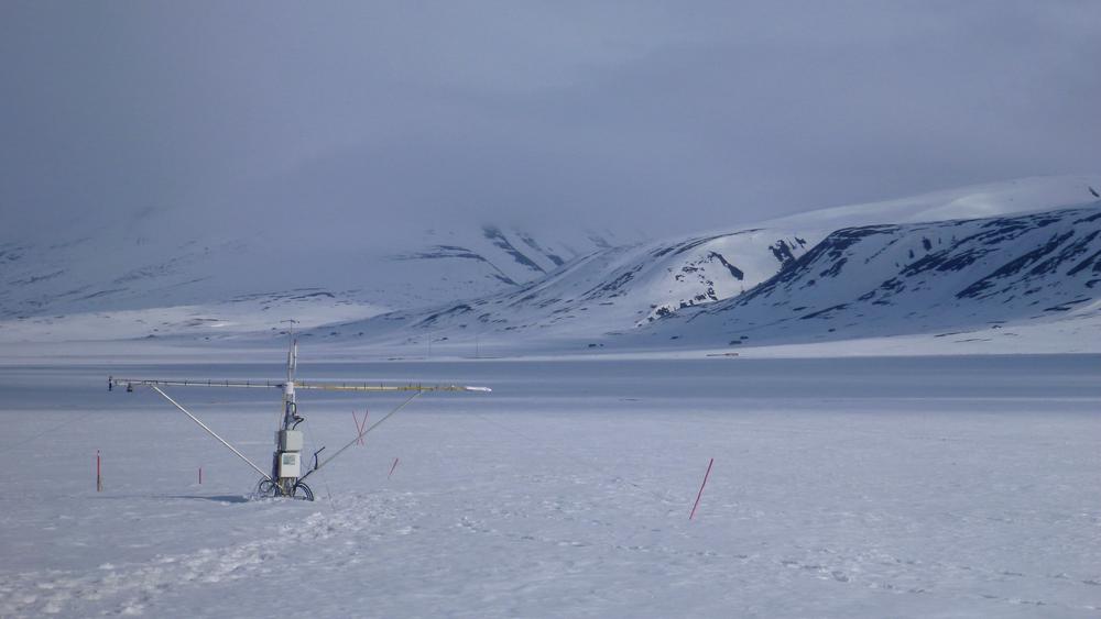 Avanserte ubetjente målestasjoner, såkalte flux-towers måler temperatur, fuktighet og CO2-utslipp fra bakken. De står ute hele året, også i de iskalde vintermånedene i Arktis. Denne målestasjonen er i Adventdalen, Svalbard.