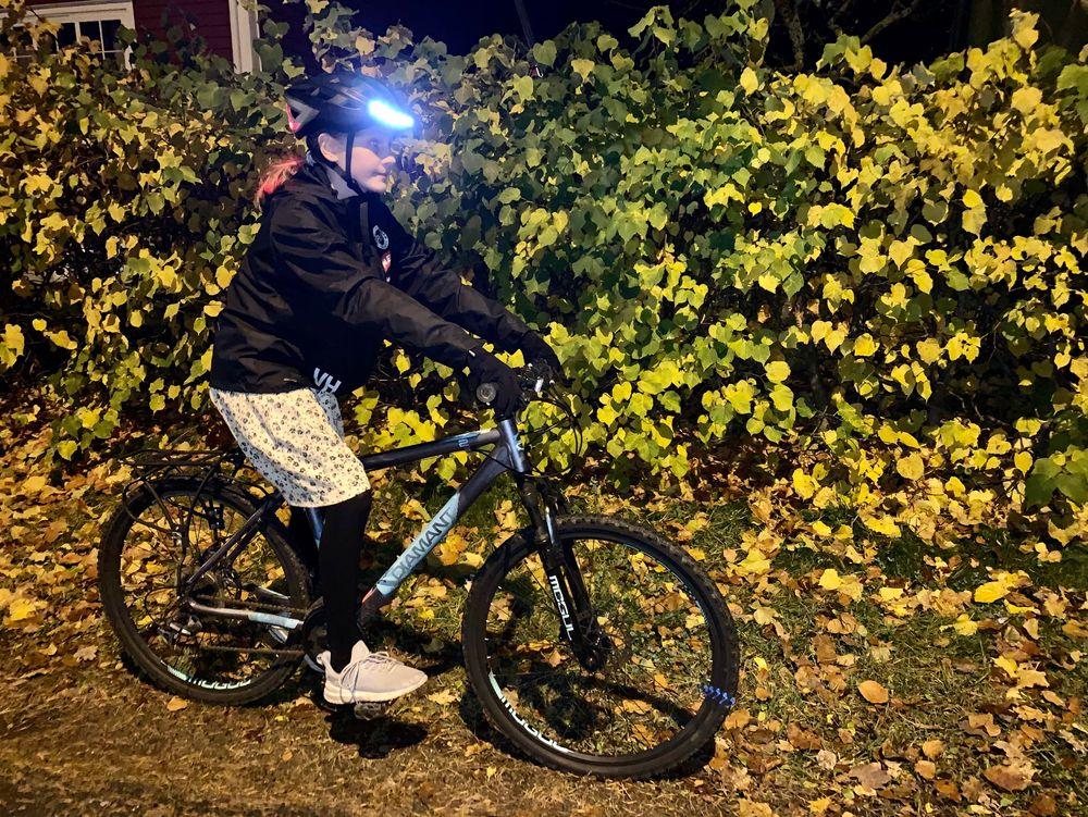 Smarte sykkelhjelmer med LED-lys kan bidra til bedre synlighet på sykkel i høstmørket. Her er Lumos i aksjon.
