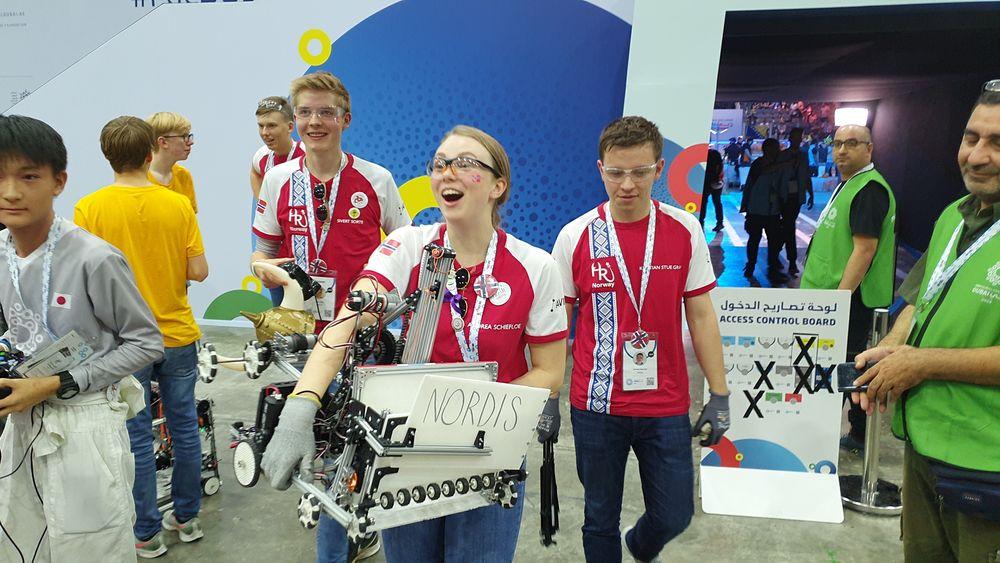 Så glade blir medlemmene av Hell Robotics for å vinne OL i robotikk.