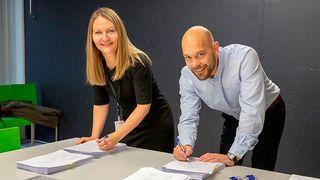Ass. direktør Beate Erikstad i DSS tegner kontrakt med Børge Hansen i Atea.