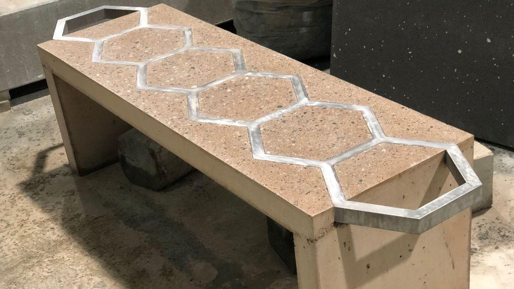 Aluminiumsarmeringen må ikke beskyttes mot korrosjon og kan ligge åpent som et dekorativt element. Industriell armering vil se mer ut som vanlig stålarmering, bare blankere.