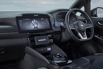 Ekstra stor skjerm med 4WD-info sladrer om at dette ikke er en standard Leaf.