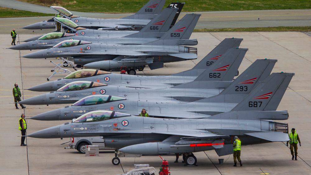 Norske F-16 på Bodø flystasjon klargjøres i forbindelse med en øvelse i 2017.